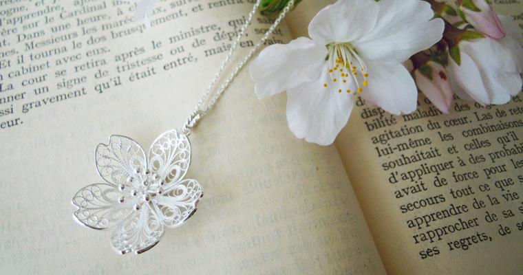 桜の花のロングネックレス