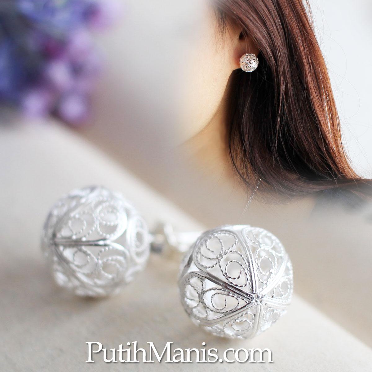 フィリグリー・銀線細工の透かしが美しい、ボールのスタッズピアス