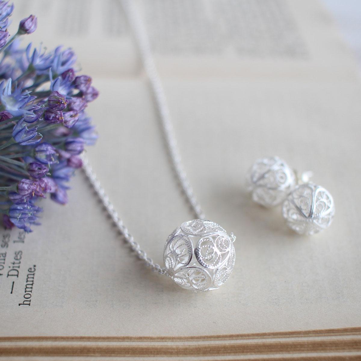 フィリグリー・銀線細工の透かしが美しい、ボールのスタッズピアスと一粒ボールビーズのネックレス