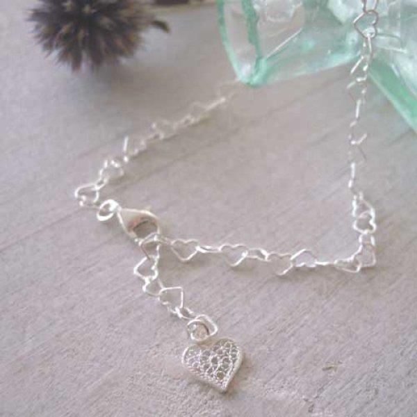 画像1: 華奢で繊細な透かし・フィリグリーのハートチャームが揺れる♪華奢なハートチェーンブレスレット【silver925】