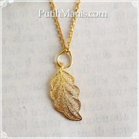 葉っぱのゴールドチャームのネックレス|銀線細工の透かしが美しい葉脈を表現したゴールドペンダントトップ・K24K18K【金属アレルギーの方に配慮したニッケルフリー加工】