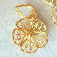 小さなレースの花びらが可憐なスミレの花のペンダントトップ・ゴールドネックレス【金属アレルギーの方にも配慮したニッケルフリー】