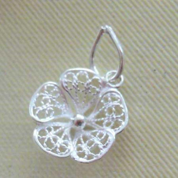 画像1: 小さなレースの花びらが可憐なスミレの花のペンダントトップ・シルバーネックレス【silver925】