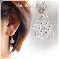 桜チャームのドロップイヤリング|銀線細工の透かしが美しい【silver925】