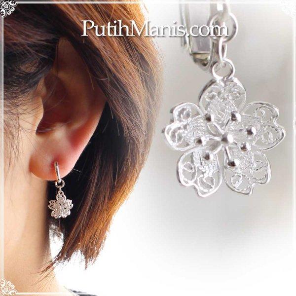 画像1: 桜チャームのドロップイヤリング|銀線細工の透かしが美しい【silver925】