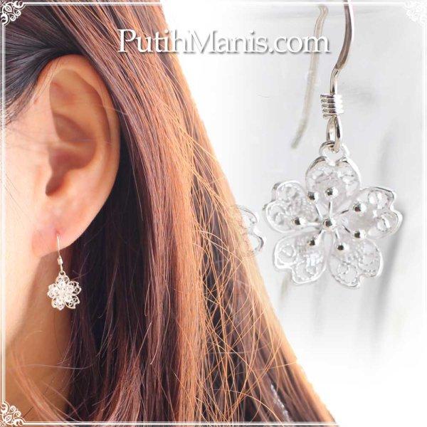 画像1: 桜チャームのドロップピアス|銀線細工の透かしが美しい【silver925】