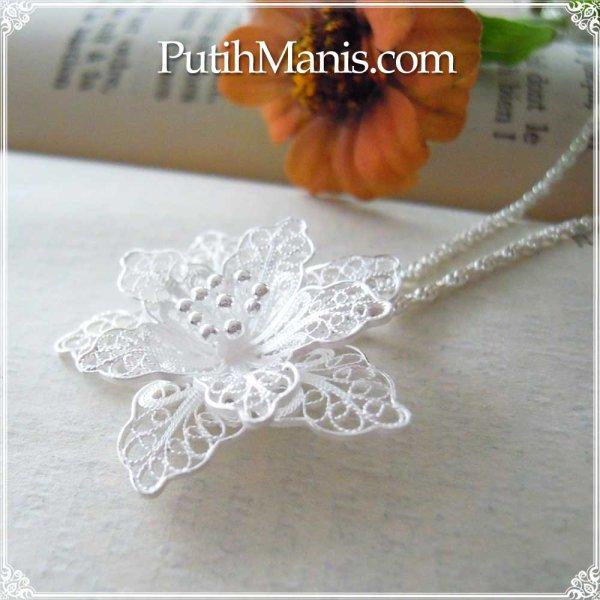 画像1: レースのお花のロングネックレス|銀線細工の透かしの花びらが美しい大きめのお花のチャーム【silver925】