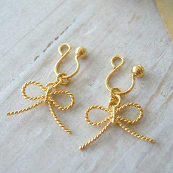 画像1: 華奢でシンプルなリボンチャームのゴールドイヤリング【金属アレルギーの方に配慮したニッケルフリー加工】