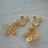 透かしが華奢で綺麗な蝶々チャームのゴールドイヤリング【金属アレルギーの方に配慮したニッケルフリー加工】