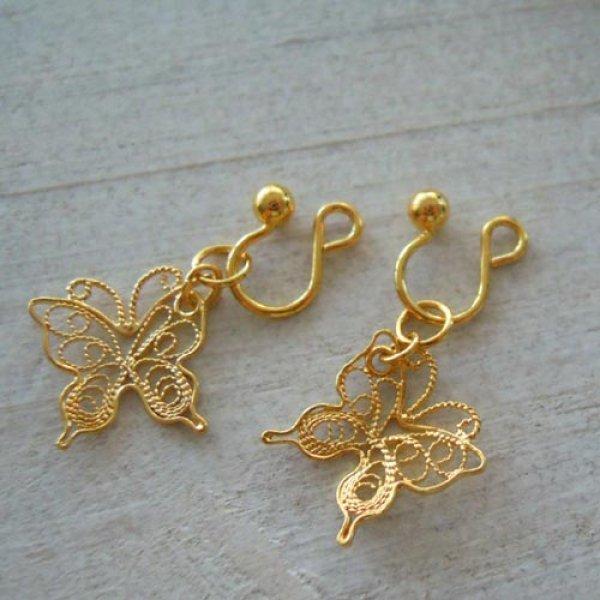 画像1: 透かしが華奢で綺麗な蝶々チャームのゴールドイヤリング【金属アレルギーの方に配慮したニッケルフリー加工】