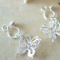 透かしが華奢で綺麗な蝶々チャームのシルバーイヤリング【silver925】