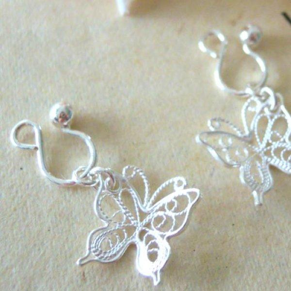 画像1: 透かしが華奢で綺麗な蝶々チャームのシルバーイヤリング【silver925】