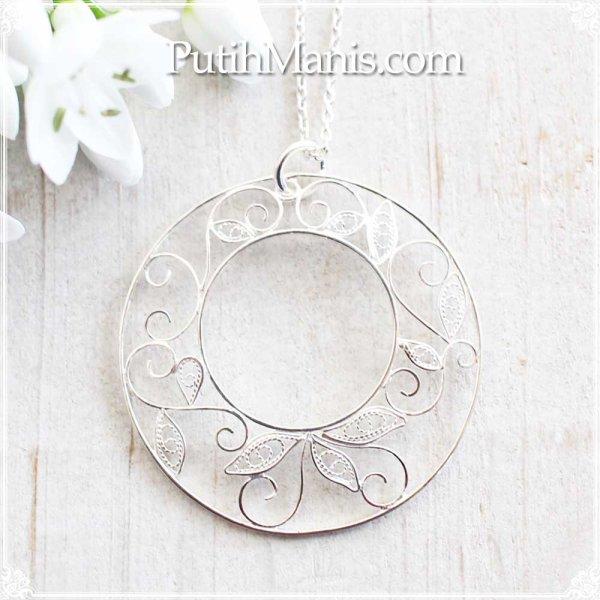 画像1: 大ぶりなアラベスク模様のロングネックレス|銀線細工で蔦の葉をあしらったドーナツチャーム【silver925】