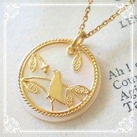 小鳥のネックレス|森の中でさえずる小鳥のチャームのゴールドネックレス【金属アレルギーの方に配慮したニッケルフリー加工】