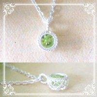 ペリドットのシルバーネックレス|8月誕生石の天然ペリドットの若草色の石を銀線細工で包んだネックレス【silver925】
