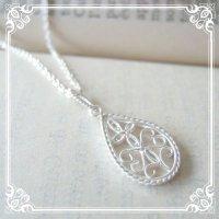 しずくのチャームのネックレス|クラシカルな文様を銀線細工で表現したアンティーク風のチャームのミディアム丈ネックレス【silver925】