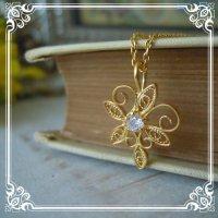 アラベスク模様一粒石のネックレス|蔦の葉でCz石を取り囲んだチャーム【ニッケルフリーで金属アレルギーの方にも安心なゴールド加工】