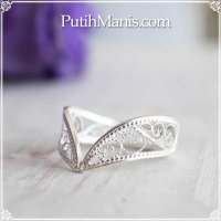 V字型のレースリング|銀線細工の透かしの繊細さを堪能しつつ指を長く魅せるリング。5号〜18号まで【silver925】